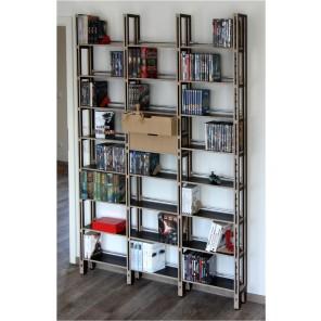 DVDs und Bücher im Medienregal mit Kästen