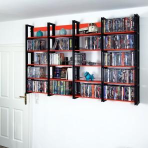 Fast 600 DVDs im schwarzen hängenden Wandregal für DVDs und Taschenbücher.