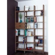 Wechseltiefes Bücherregal verschmälert in den Raum