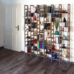 Bücherregal mit Deko an weißer Wand